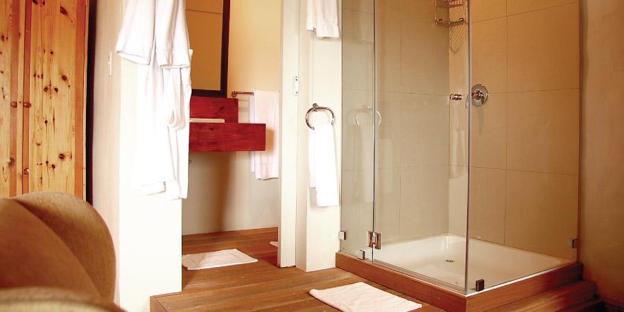 travellers room bathroom